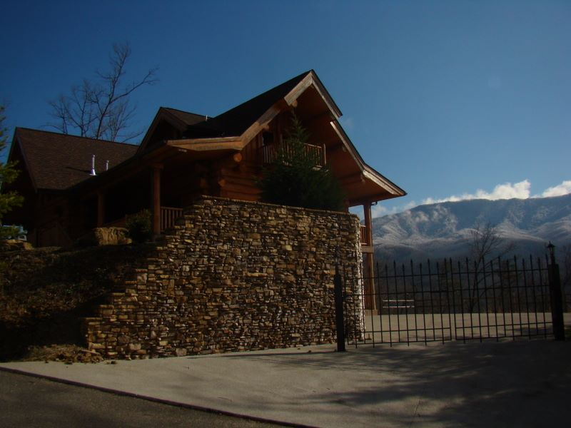 Luxury log home in Gatlinburg near Cobbly Nob and Pittman Center within the Pinnacle View development