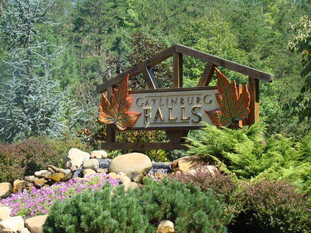 Gatlinburg falls resort log cabin rental cabins in - Gatlinburg falls resort swimming pool ...